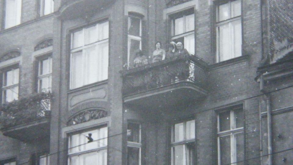Dům v Poznani - detail balkónu bytu, ve kterém Marie Šupíková žila, mávající M. Šupíková při návštěvě v roce 1967