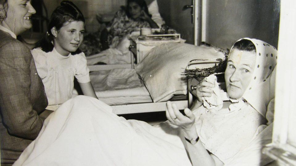 S maminkou Alžbětou Doležalovou v nemocnici v Praze, 1946