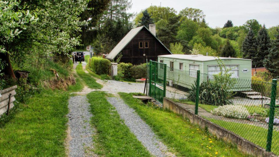 Chatová kolonie u Krňan na Benešovsku - v pozadí americký bungalow, u něhož byla do roku 1968 zakopána sklenice s básněmi Jana Zahradníčka
