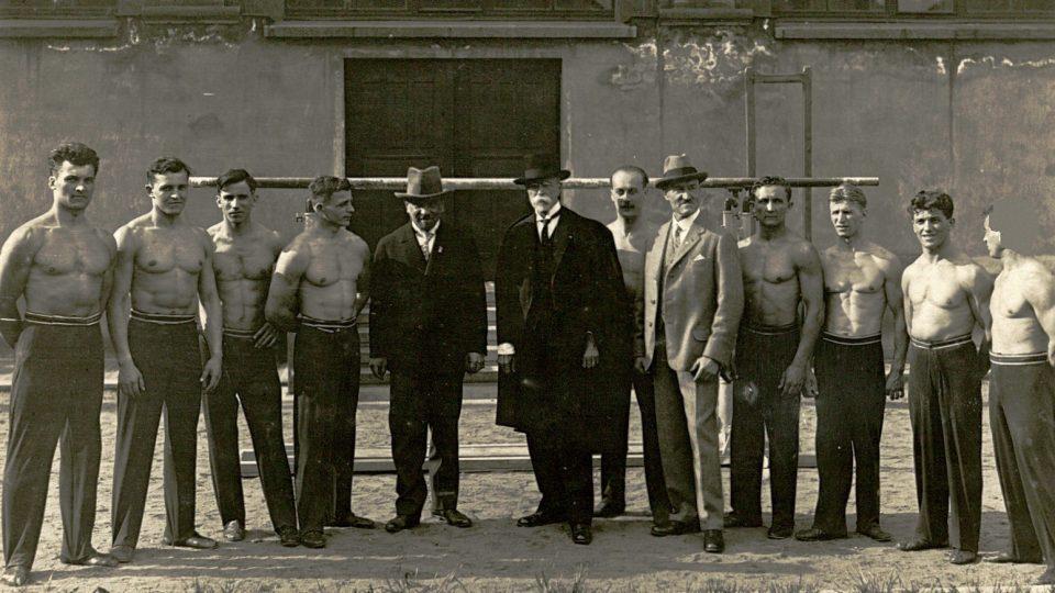 Prezident T. G. Masaryk se sokolským poselstvem v Tyršově domě