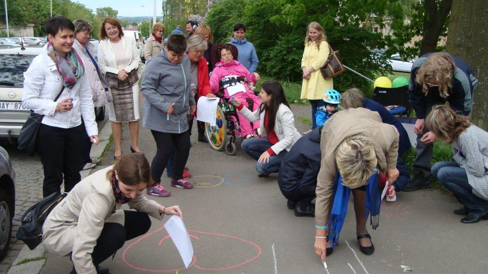 Díky společnosti Alfa Human Service si při společné akci mohou lidé vyzkoušet, jak náročná může být péče o handicapované dítě