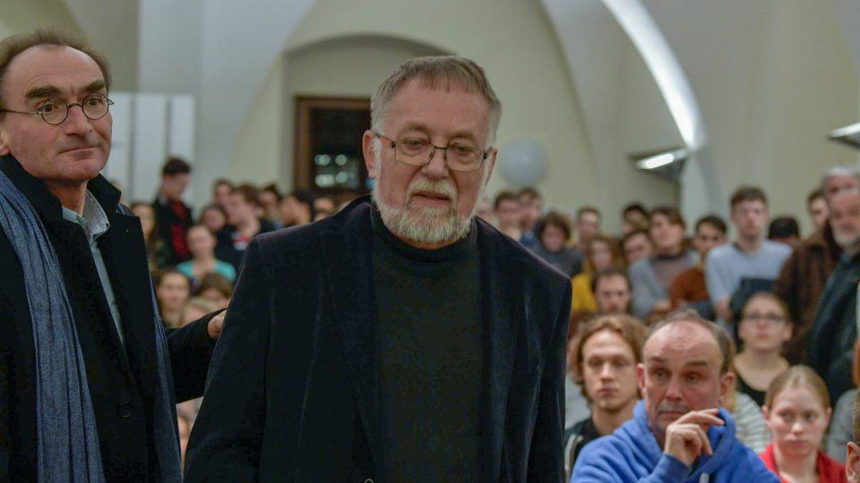 Jaroslava Baštu zdržela doprava a dorazil později