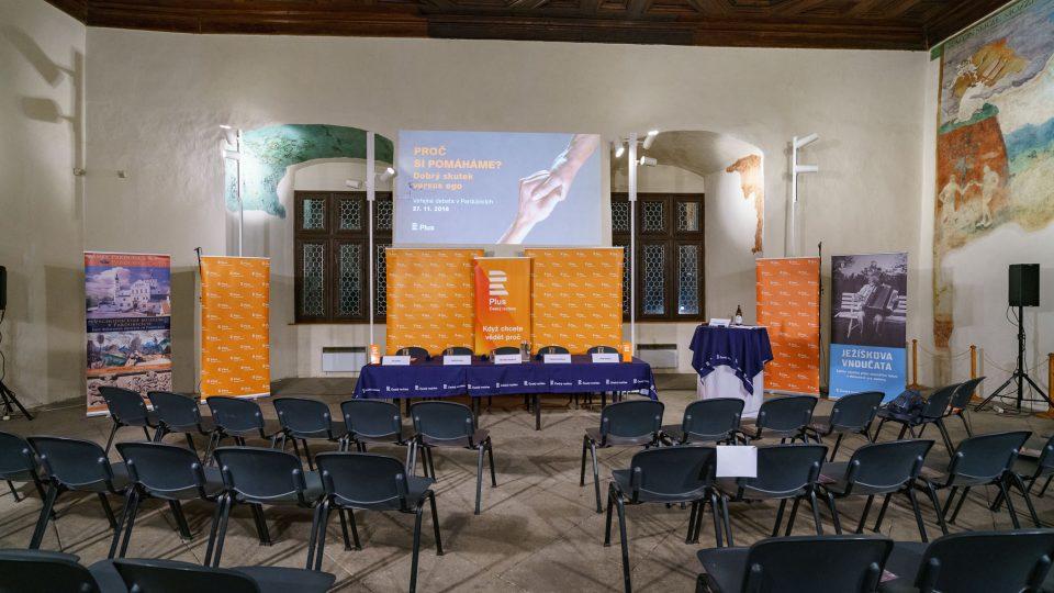 Příprava sálu na debatu