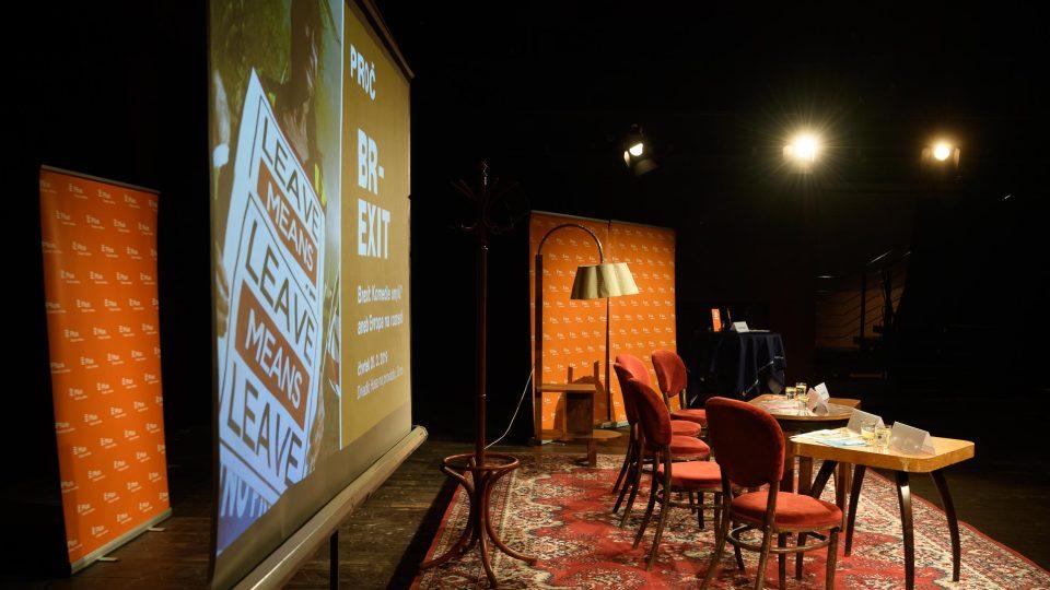 Pódium na veřejnou debatu v britském stylu