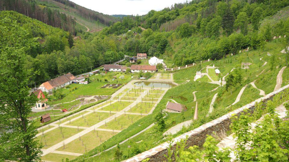 Zahrada se rozkládá na jihozápadním svahu strmého hradního kopce