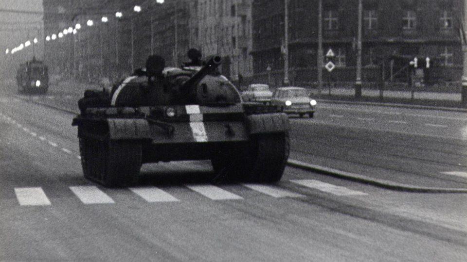 Sovětský tank T-55 v pražských ulicích