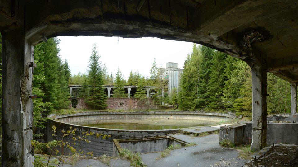 Odkalovací nádrž se skeletem úpravny a rudnými doly v pozadí. Foto Z. Kačerová