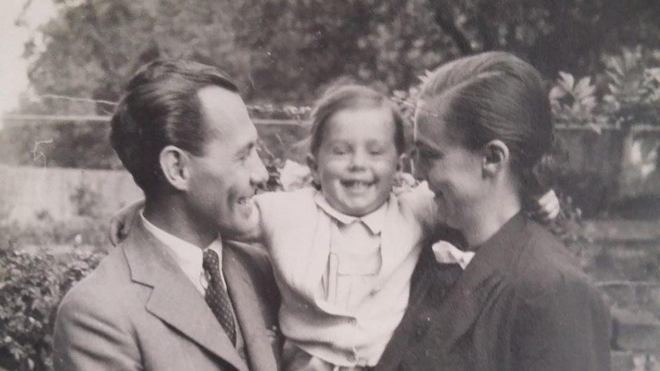 Malá Anna s rodiči v Anglii