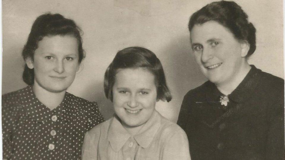 Lydie Tischlerová spolu s maminkou a sestrou (1939)