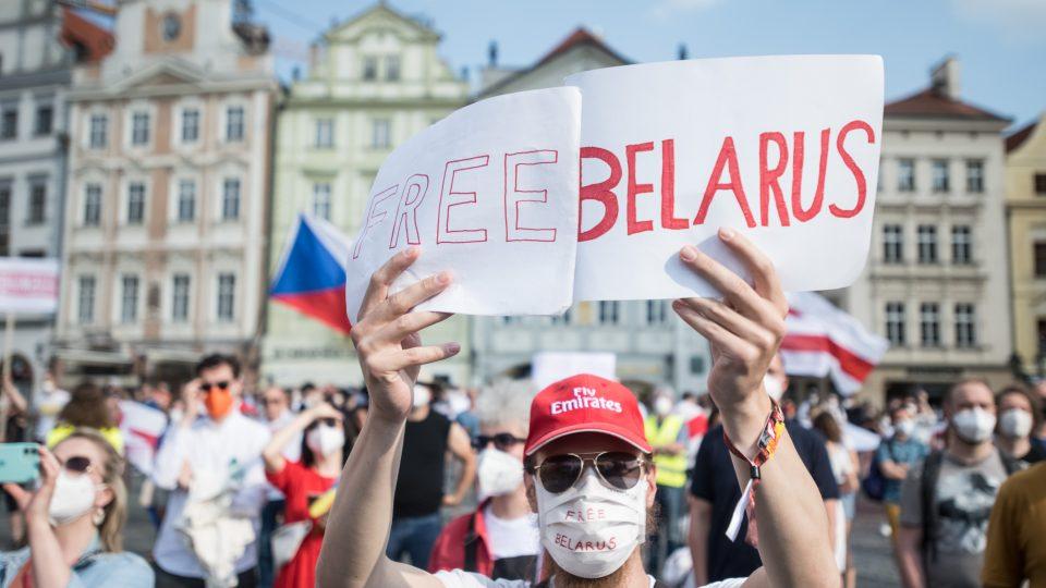 Představitelka běloruské opozice Svjatlana Cichanouská vystoupila na demonstraci na Staroměstském náměstí.