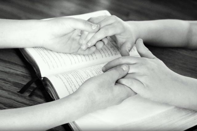společná modlitba, ruce, bible