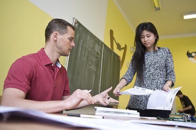 Učitel se studentkou (ilustrační foto)