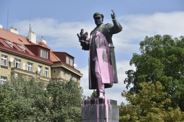 Socha maršála Koněva natřená růžovou barvou