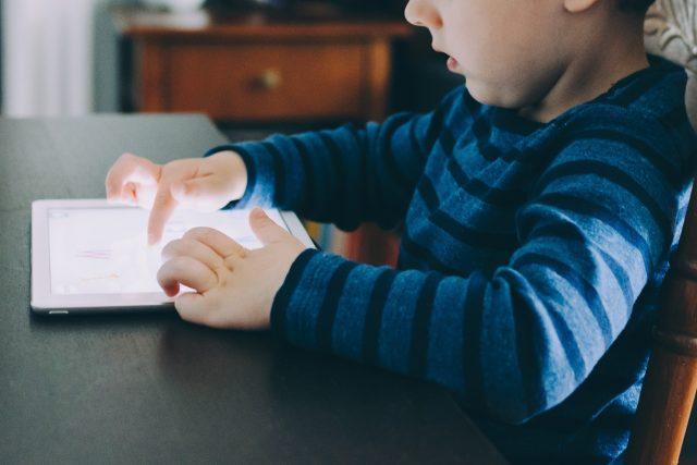 dítě s tabletem - tablet