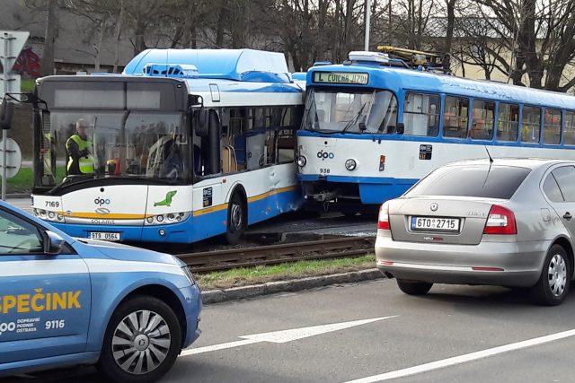 Nehoda autobusu a tramvaje, při které se zranili tři lidé