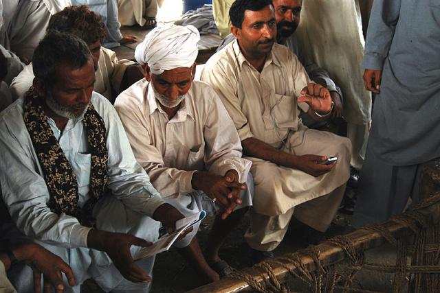 Balúčští čándjové (muslimové, kteří se do Paňdžábu přistěhovali před třemi staletími z Balúčistánu) si se zájmem prohlížejí brožurku z našich předchozích cest za čápy.