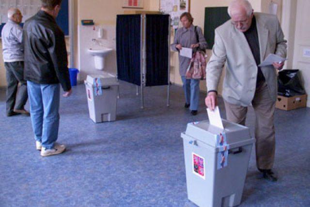 voliči ve volební místnosti
