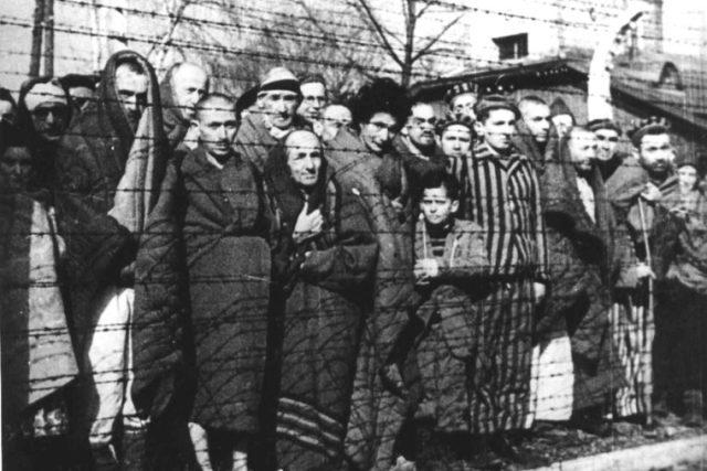Vězni koncentračního tábora Osvětim po osvobození v roce 1945