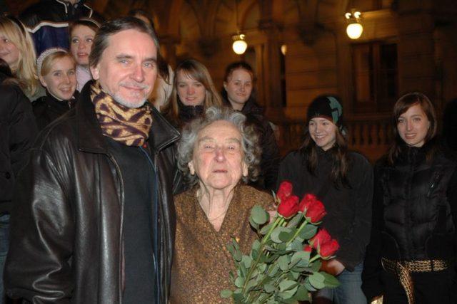 Choreograf Jiří Kylián s maminkou Markétou Kyliánovou, v pozadí studenti taneční konzervatoře