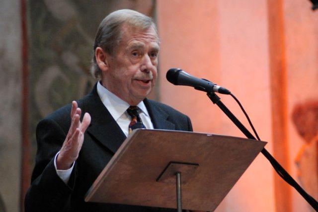 Václav Havel při předávání ceny Nadace Vize 97 Stanislavu Grofovi v Pražské křižovatce