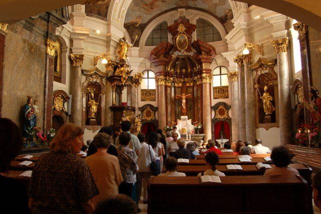 Věřící v kostele sv. Bartoloměje v Praze