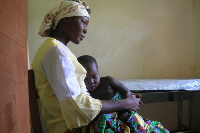 Léčba malárie. 18-měsíční dítě stižené malárií a hospitalizované v nemocnici Paoua.