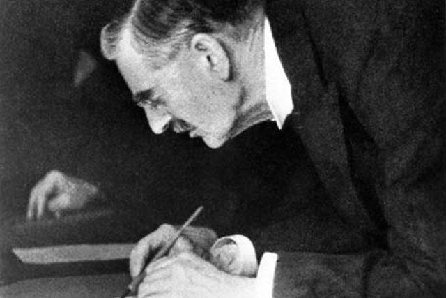"""""""Mír pro naši dobu."""" Chamberlain podepisuje mnichovskou dohodu, 30. září 1938 /  """"Peace for our time."""" Chamberlain signs the Munich Agreement, September 30, 1938"""