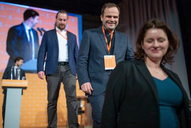Místopředseda ČSSD Michal Šmarda (uprostřed) na sjezdu ČSSD)