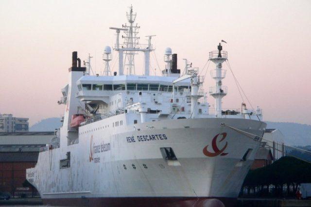"""Loď """"René Descartes"""" pokládá podmořské kabely pro France Telecom"""