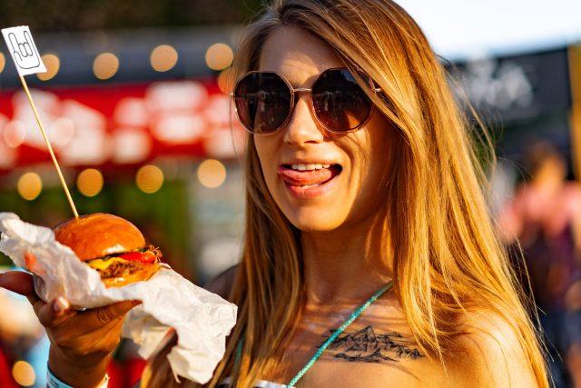 Dívka s hamburgerem (ilustrační foto)