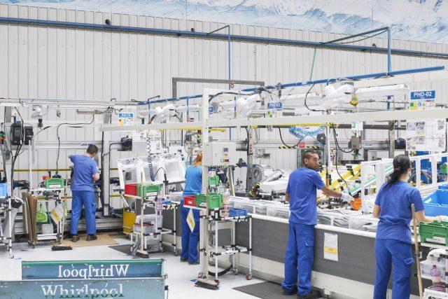 Pojem průmysl 4.0 označuje mimo jiné továrny,  které jsou z velké části řízené na základě dat ze senzorů a někdy i pomocí umělé inteligence. Bez lidské práce by ale ani moderní továrna fungovat nemohla | foto: Whirlpool
