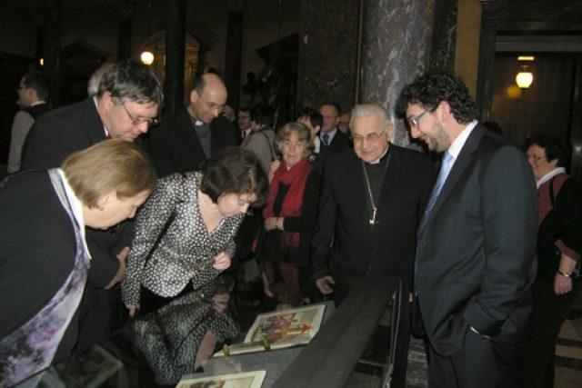 Kardinál Miloslav Vlk a generální ředitel Národního muzea Michal Lukeš si prohlížejí Jenský kodex