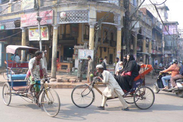 Při procházkách po chaotických indických ulicích vás budou provázet na každém kroku...  (ilustr. foto) | foto: Zdeněk Štipl