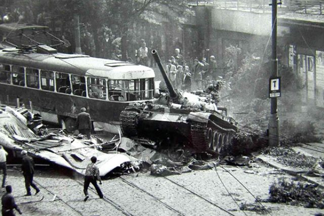 Srpen 1968 - Prolomení barikád u Českého rozhlasu sovětskými okupanty, Praha, Vinohradská třída