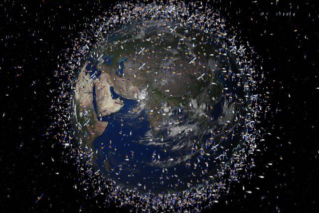 Planeta Země obklopená kosmickým smetím