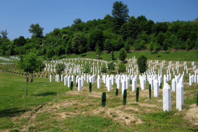 Památník Srebrenica-Potočari. Generál Ratko Mladič, zodpovědný za tisíce srebrenických obětí, se ukrýval jen 200 kilometrů vzdušnou čarou odsud