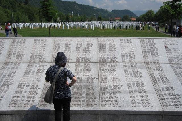 Patmátník Srebrenica-Potočari, kde odpočívají těla tisíců povražděných bosenských Muslimů