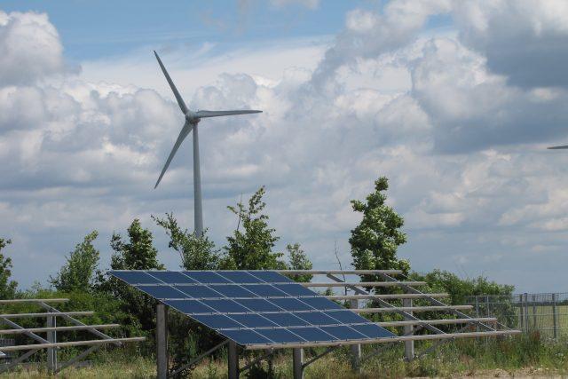 Zahradník poukazuje na to,  že roční produkce Temelína odpovídá 28 tisícům hektarů solárních panelů – a na odpovídající výkon větrných elektráren by zase bylo potřeba až 50× více oceli a 15× více betonu   foto: Klára Stejskalová