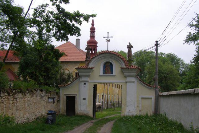 Před branou kláštera v Hájku u Prahy | foto: Jiří Horský
