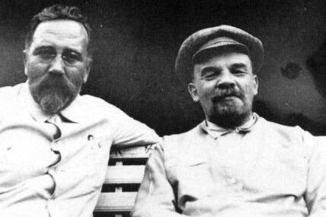 Lev Borisovič Kameněv a Vladimir Iljič Lenin, kol. 1922