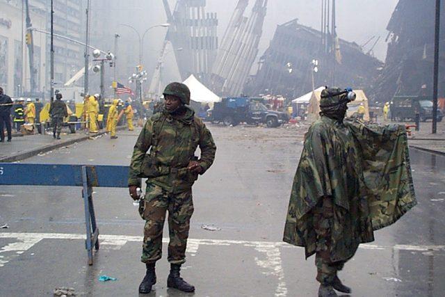 Příslušníci newyorské národní gardy hlídají přístup k troským zřícených mrakodrapů po útoku 11. září 2001 | foto:  National Guard New York