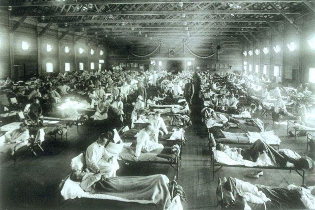 Fotografie z roku 1918, nemocnice v Camp Funston v Kansasu s pacienty, kteří onemocněli španělskou chřipkou