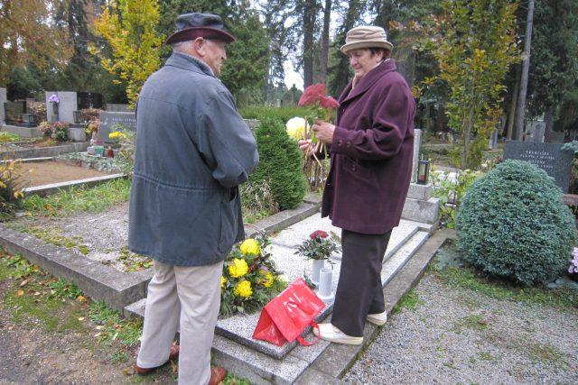 Dušičky - Pozůstalí na jihlavském hřbitově
