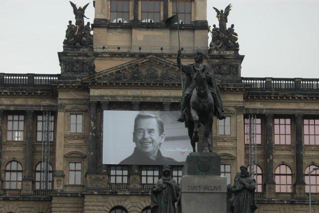 Podobizna Václava Havla na budově Národního muzea