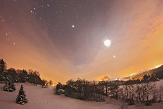 Venuše, Měsíc a Jupiter na zimní obloze 27. ledna 2012