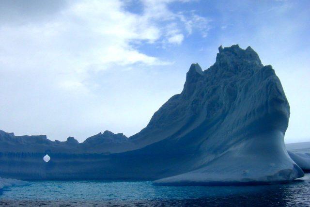 Ledová kra při pobřeží Antarktidy, ilustrační foto