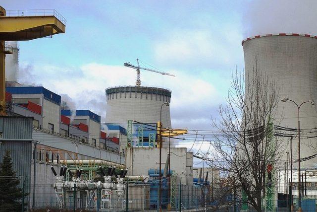 Počerady – pohled na chladicí věž od vstupu do hnědouhelné elektrárny   foto:  ČEZ