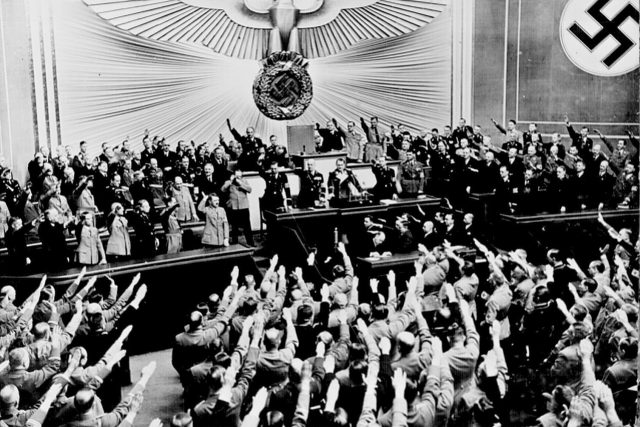 Březen 1938, Reichstag aplauduje Hitlerovi, který oznámil anšlus - připojení Rakouska