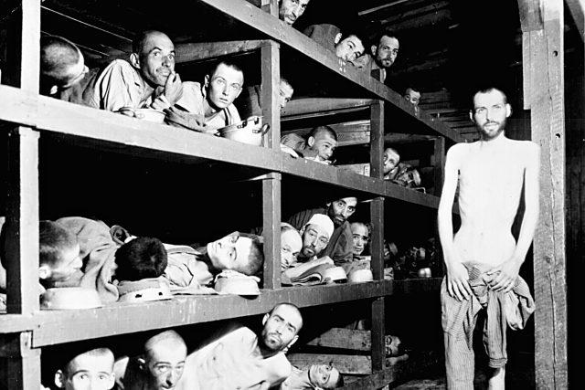 Vězňové z Buchenwaldu na snímku H. Millera, 16. dubna 1945