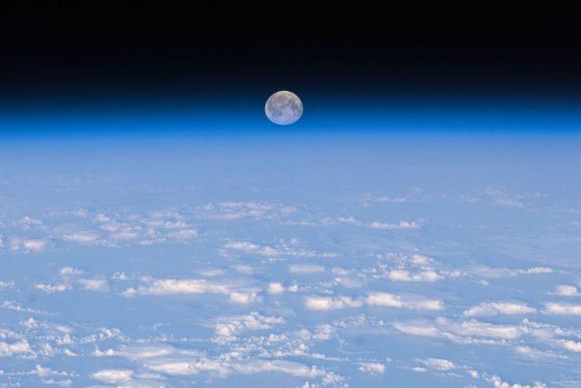 Měsíc nad Zemí